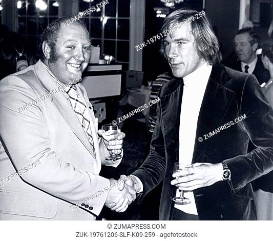 Dec 06, 1976 - London, England, United Kingdom - GERRY MARSHALL (L) and JAMES HUNT shake hands at the Royal Lancaster Hotel to show there are no hard feelings...