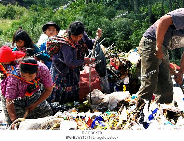 Maya women with young children collecting garbage in waste deposit, Guatemala, Quiché, kein Model-Release
