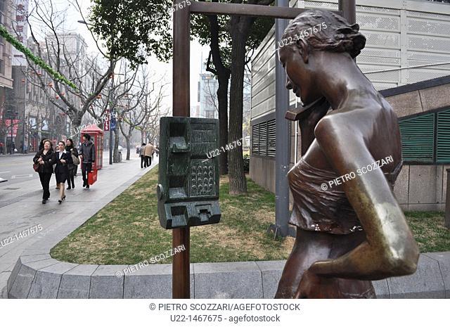 Shanghai (China): sculpture along Middle Huai Hai Road