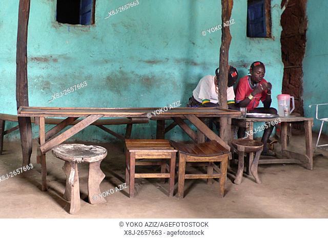 vita quotidiana in un bar del villaggio hamer (Dimaka-Etiopia)