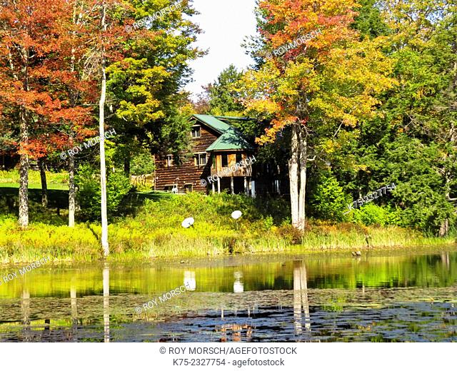 Country home on lake in autumn. Pocono Región, Pennsylvania, USA