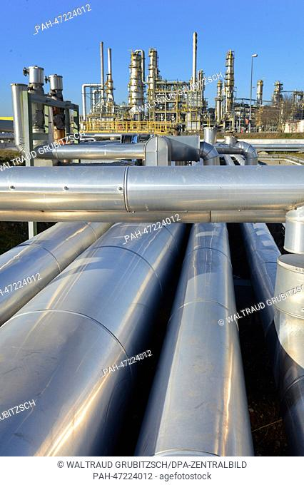 Pipes several kilometers long that transport raw oil from Russia into the destillation facility and the visbreaker in the 'Total' oil refinery in Leuna (SA) in...