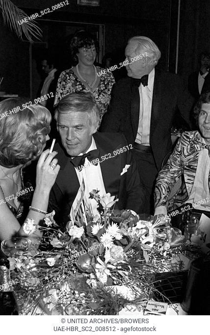 Der deutsche Schauspieler und Moderator Joachim Fuchsberger beim Deutschen Filmball am 31.03.1975 in München, Deutschland 1970er Jahre
