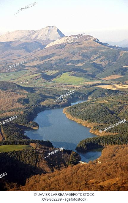 Albina reservoir, Legutiano, Parque Natural de Urkiola in background, Sierra de Arangio, Alava, Basque Country, Spain