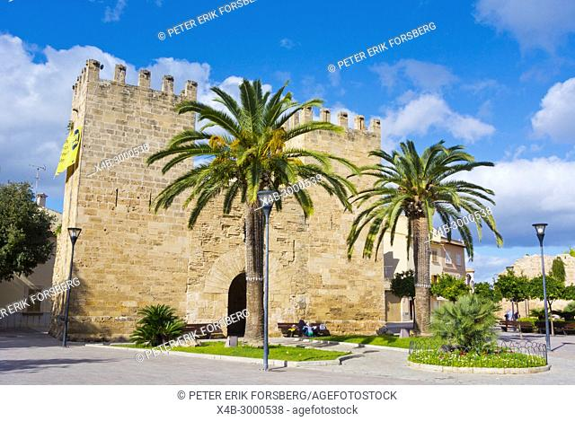 Porta del Moll, Placa Carles V, Alcudia, Mallorca, Balearic islands, Spain