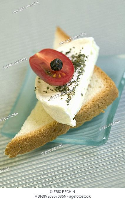 Toast of Rocamadour with basil, cherry tomato and juniper berry - Raw milk cheese - AOC