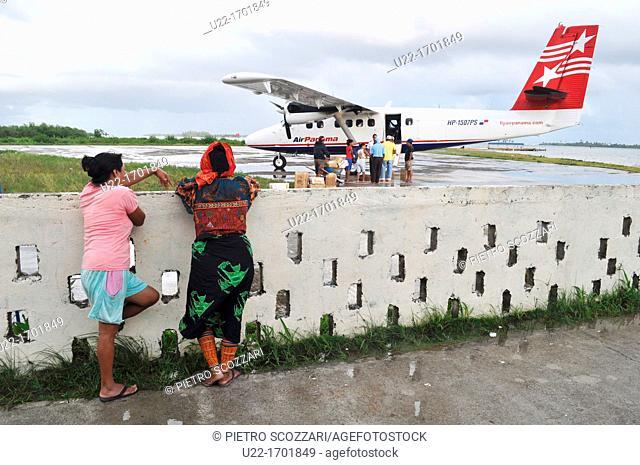 San Blás Panama: Kuna people at the airfield of Playon Chico, village of Kuna Yala