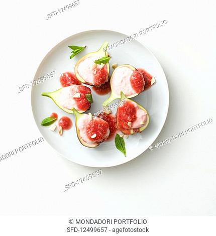 Figs filled with ice cream, almonds and fig sauce