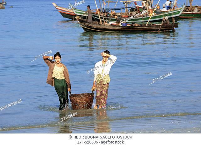 Myanmar, Rakhine State, Ngapali Beach, unloading fishing boats
