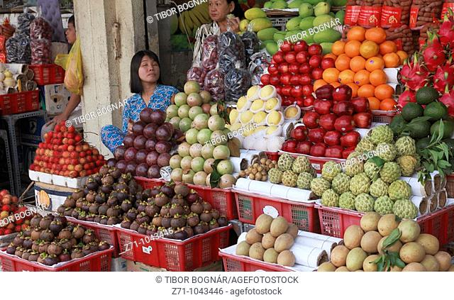 Vietnam, Ho Chi Minh City, Saigon, Ben Thanh Market, fruit vendors
