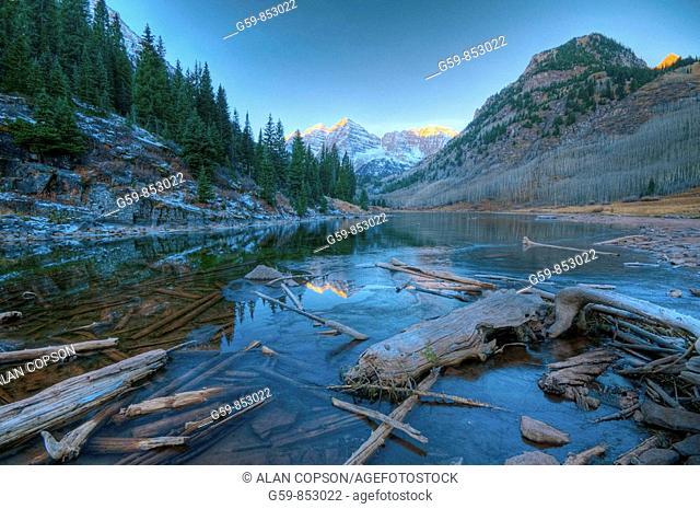 USA, Colorado, Maroon Bells Mountain reflected in Maroon Lake