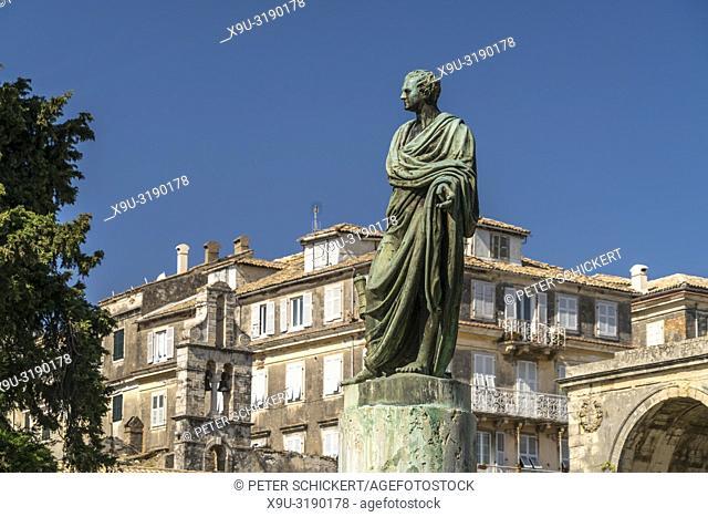 Hadrian Skulptur vor dem Palast von St. Michael und St. George / Museum für Asiatische Kunst in Korfu Stadt, Insel Korfu, Griechenland