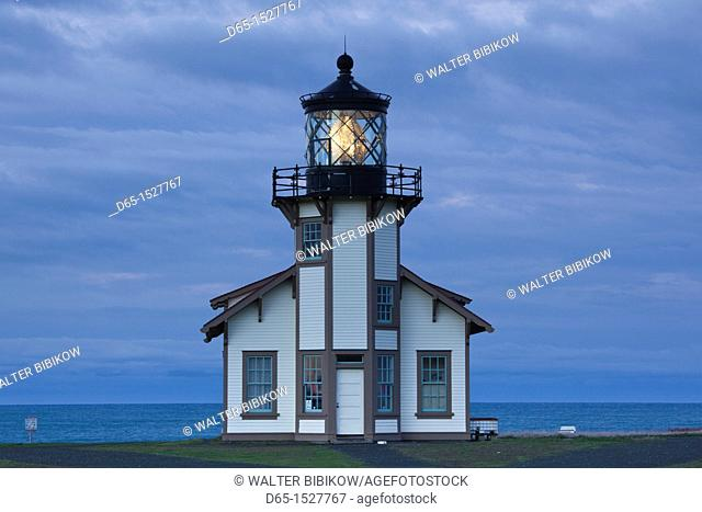 USA, California, Northern California, North Coast, Mendocino-area, Pine Grove, Point Cabrillo Lighthouse, dawn