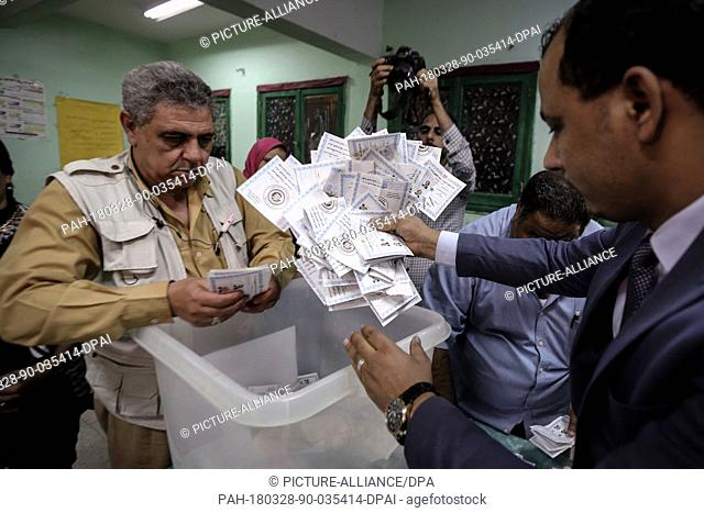 dpatop - Election officials empty a ballot box before starting to count votes at the end of the third and final day of Egypt's presidential elections