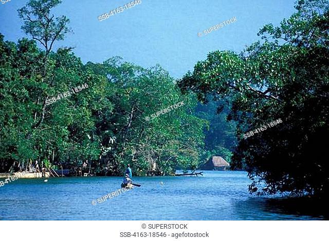 GUATEMALA, RIO DULCE, RAIN FOREST, LOCAL FISHERMEN IN CANOE
