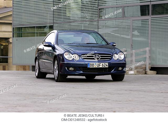 Mercedes CLK ISG Integrierter Starter-Generator, blue, model year 2005-, Miko hybrid approx., driving, diagonal from the front, frontal view, City