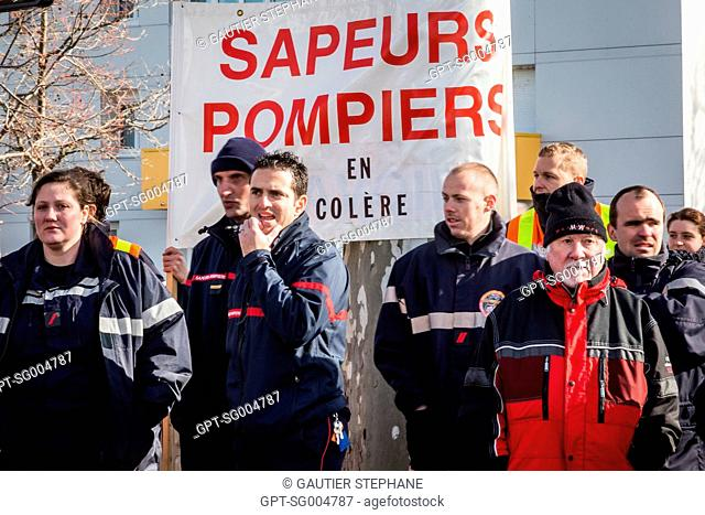 DEMONSTRATION BY FIREFIGHTERS, ELECTED OFFICIALS AND THE POPULATION AGAINST THE ANNOUNCED CLOSING OF 19 FIRE DEPARTMENTS IN THE DROME