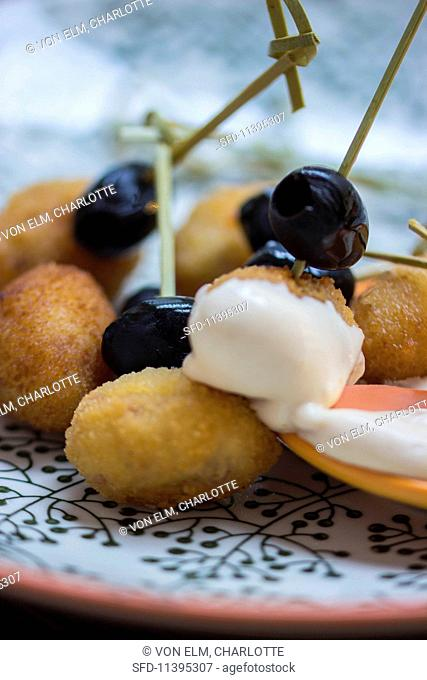 Baked olives with garlic sauce
