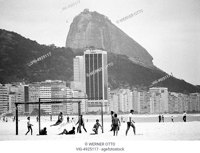 Eighties, Brazil, BR-Rio de Janeiro, Copacabana, Sugarloaf Mountain, Pao de Acucar, youths playing football, football, street soccer
