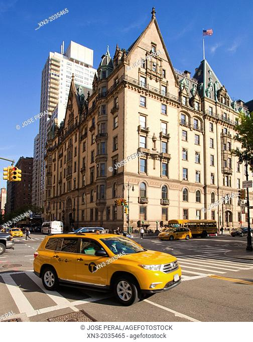 Taxi, Dakota Building, historical building where John Lennon lived, Central Park West, Manhattan, New York City, New York, United States of America, USA