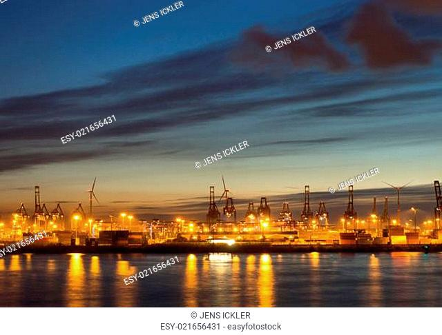 Kräne und Container in Hamburg