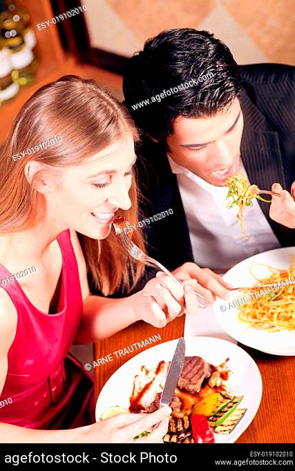 Paar isst gemeinsam zu Abend