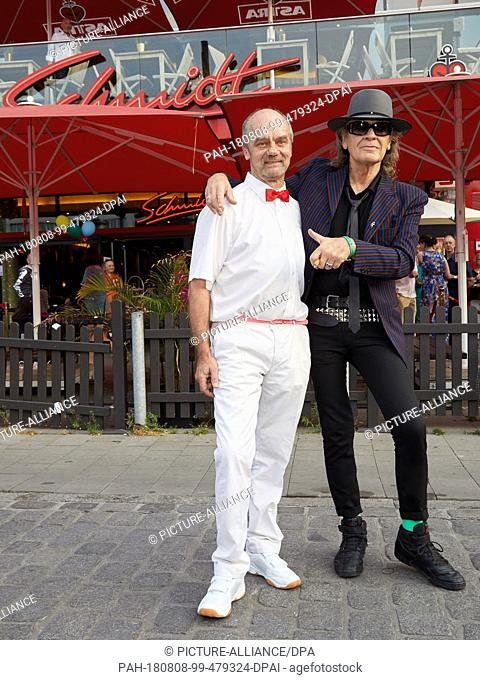 08.08.2018, Hamburg: Corny Littmann (l), managing partner of the Schmidt Theater, and Udo Lindenberg, musician, are about to start their birthday show in front...