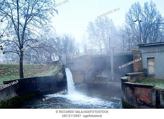Italy, Lombardy, Crema, Canale Vacchelli, Canal in Winter