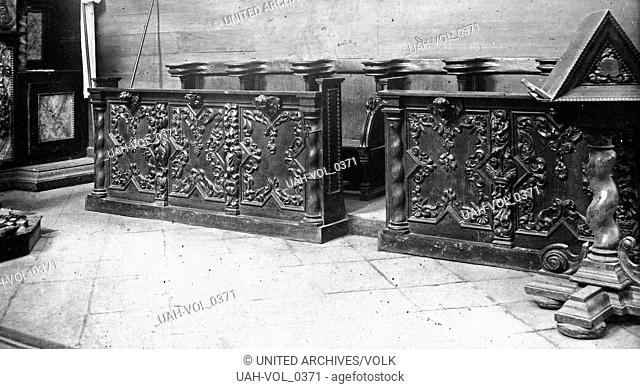 Geschnitze Chorstühle im Kloster Steinfeld bei Kall in der Eifel, Deutschland 1920er Jahre. Carved choir stalls at Steinfeld Kloster abbey near Kall in the...