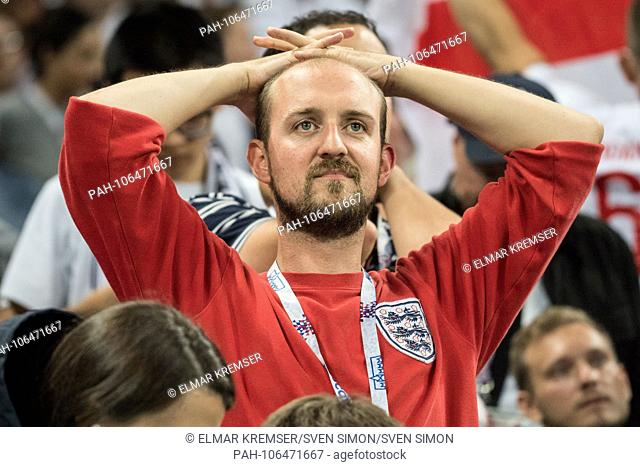 An English fan is disappointed, disappointed, disappointment, disappointment, sad, frustrated, frustrated, hastate, half figure, half figure, fan, fans