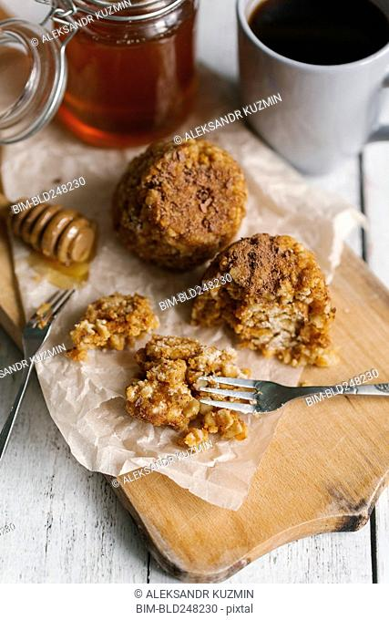 Dessert cakes with honey and coffee