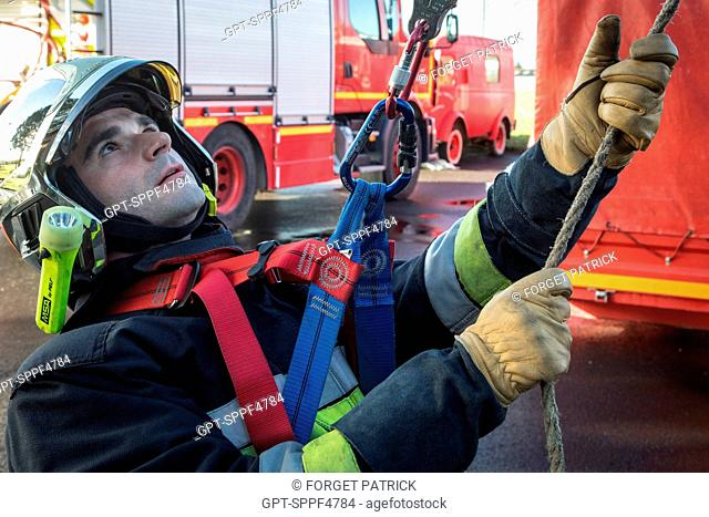 BRINGING UP THE VICTIM, TRAINING IN ROPE RESCUE MANOEUVRES, EMERGENCY SERVICES DEPARTMENT OF CHATEAUDUN, EURE-ET-LOIR (28)