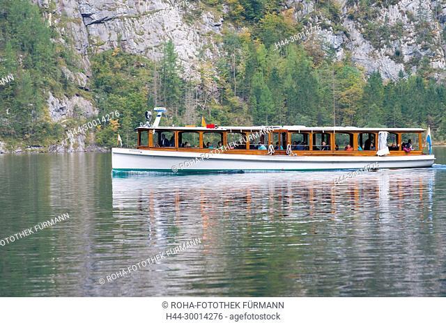 ein Schiff der Königsseeschifffahrt auf dem See im Herbst - Berchtesgadener Land