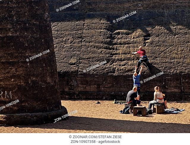 Klettern in den alten Erzbunkern im Landschaftspark Duisburg-Nord, Duisburg, Ruhrgebiet, Nordrhein-Westfalen, Deutschland, Europa