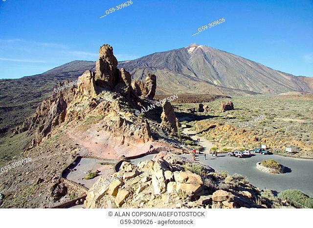 Mount Teide and Roques de García, Parque Nacional del Teide. Tenerife, Canary Islands. Spain