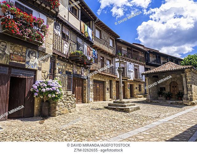 Calle típica con crucero en Mogarraz. Sierra de Francia. Salamanca. Castilla León. España