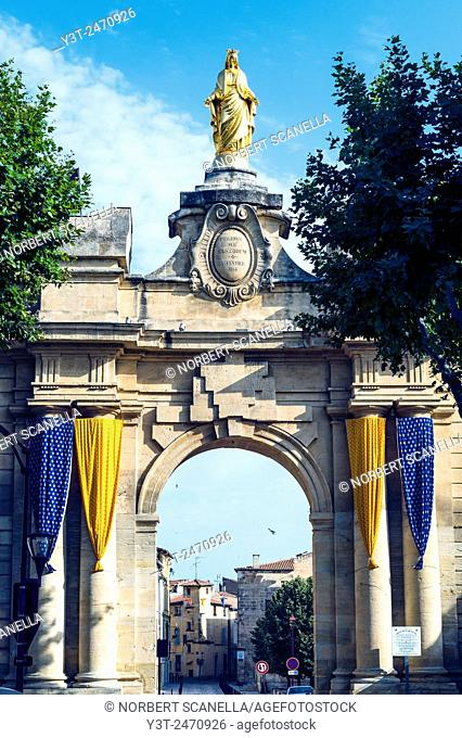 Europe. France. Bouche-du-Rhone. Alpilles. Tarascon. Porte St Jean town gate of medieval city