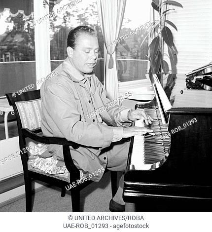 Der deutsche Violinist Helmut Zacharias an seinem Flügel in Hamburg, 1955. German violinist Helmut Zacharias playing his grand piano in Hamburg, 1955
