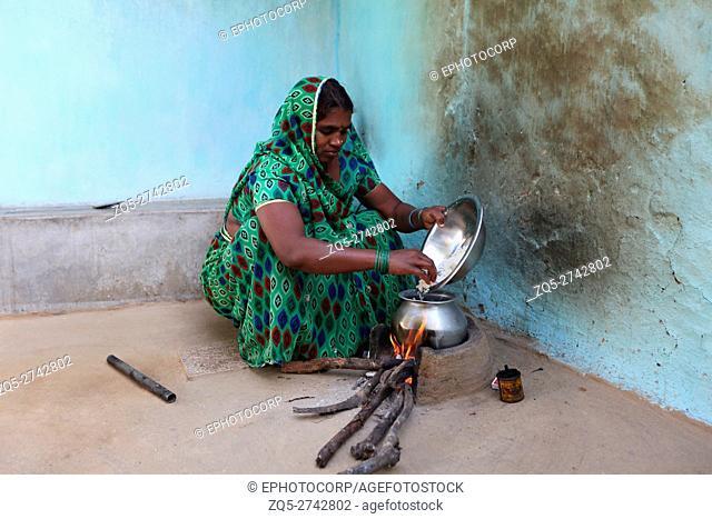 Woman cooking rice, BHARIA TRIBE, Kendaikhar village, Korba dist, Tahsil kathgora, Chattisgarh, India