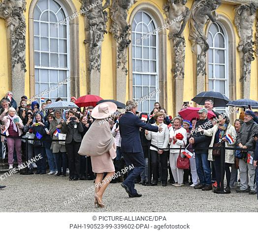 22 May 2019, Brandenburg, Potsdam: King Willem-Alexander of the Netherlands and his wife Queen Maxima of the Netherlands welcome onlookers in front of Sanssouci...