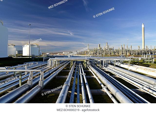 Germany, chemical industry, pipes in oil refinery