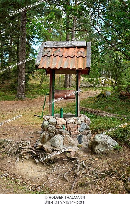 Schweden, Insel Grinda, historischer Brunnen