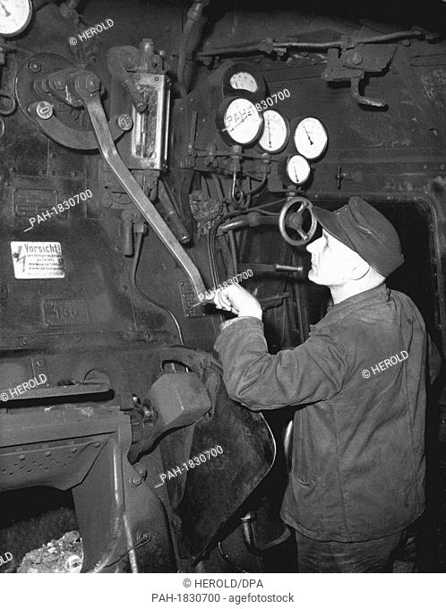 Engine driver in his steam locomotive in 1954. - /Germany