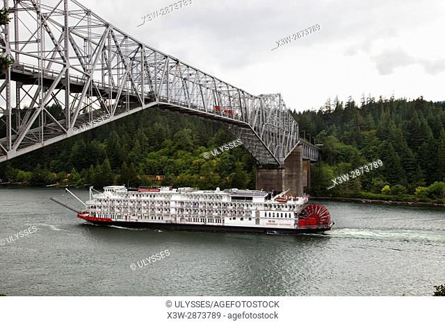 Bridge of the gods and touristic river boat, Columbia river gorge, area of Portland, Oregon, USA, America