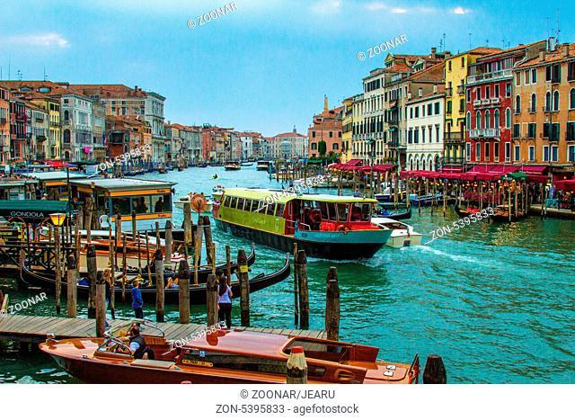Reges Verkehrstreiben auf dem Canal Grande, Venedig, Italien