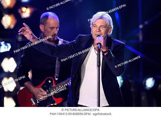 "12 April 2019, Baden-Wuerttemberg, Offenburg: Matthias Reim, German pop, rock and pop singer, sings the song """"Verdammt ich lieb Dich"""" during the recording..."