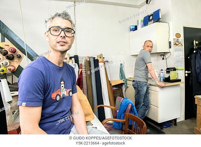 Meubelstoffeerder Joseph en zijn vriend Werner in gesprek in de werkplaats van De Knop