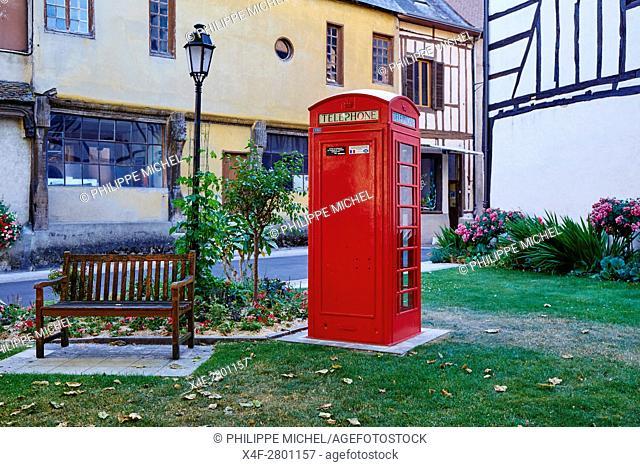 France, Cher (18), Sologne, Aubigny-sur-Nere, the Jacques Coeur road, City of Stuart, Scottish phone box on the square of Etape aux Vins