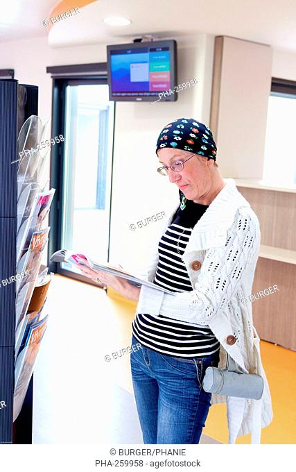 Female patient treated with chemotherapy and radiotherapy to reception of Radiotherapy center, pole of Oncology, Hospital of Bordeaux