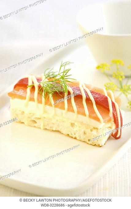 Canapé de queso de burgos con salmon ahumado y pimento del piquillo con mayonesa